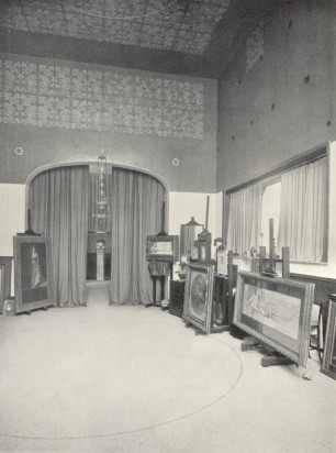 The passage from the main studio to the second studio with a smaller altar to Hypnos visible between the curtains. © Musées royaux des Beaux-Arts de Belgique, Bruxelles/ AACB.